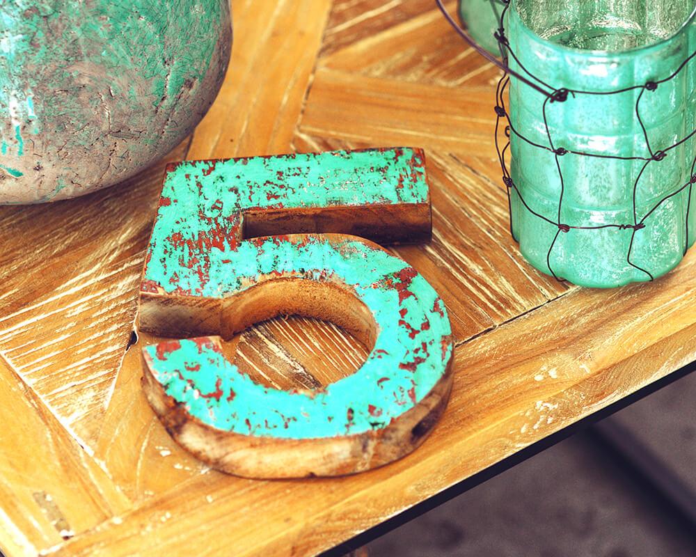 Forma 5 in legno su tavolo